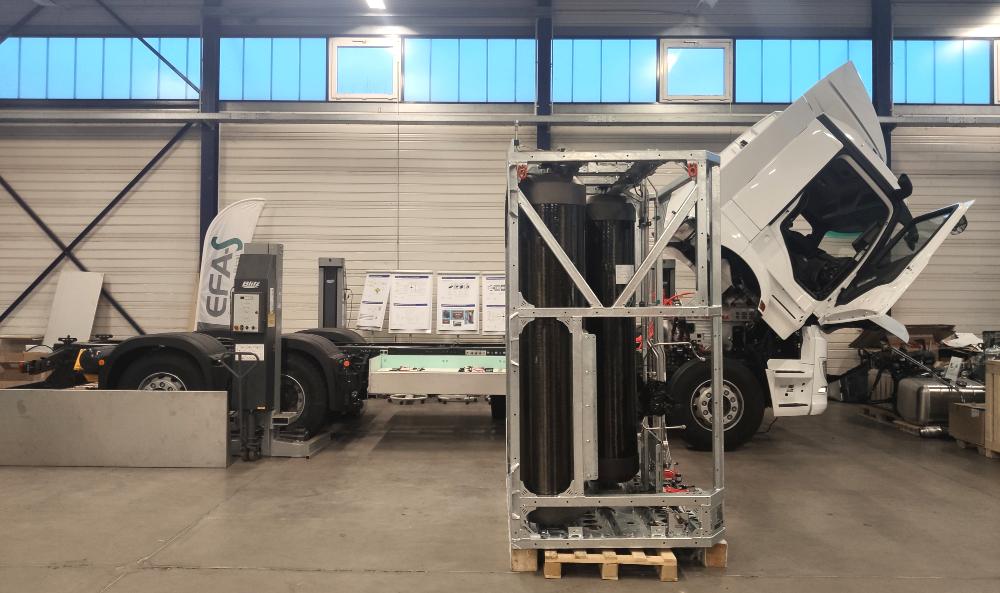 Das frisch gelieferte Wasserstoff-Tank-System vor dem Hylix-B-Lkw